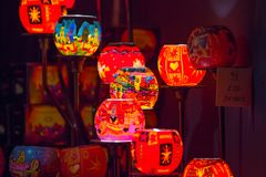 Décorations de lumières de Noël au marché libre de Southwark à Londres Fond de Noël Images stock