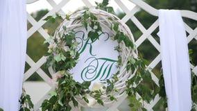 Décorations de mariage avec des fleurs, coeurs, papillons Cérémonie de mariage Deux lettres K et T banque de vidéos