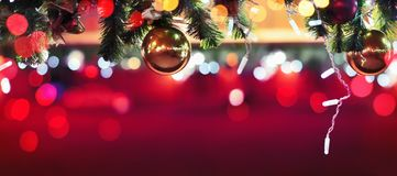 Décorations de Noël à la foire de rue images stock