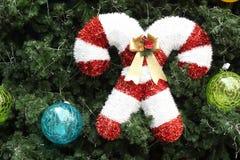 Décorations de Noël accrochant sur l'arbre de Noël Photo libre de droits