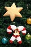 Décorations de Noël accrochant sur l'arbre de Noël Photo stock