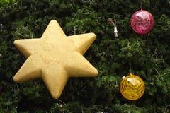 Décorations de Noël accrochant sur l'arbre de Noël Image libre de droits