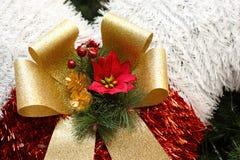 Décorations de Noël accrochant sur l'arbre de Noël Image stock