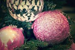 Décorations de Noël accrochant sur l'arbre de Noël Cru modifié la tonalité Images stock