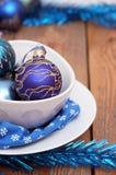Décorations de Noël avec des boules et des plats blancs Image libre de droits