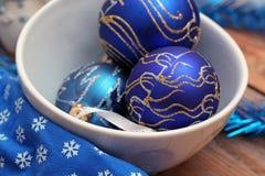Décorations de Noël avec des boules et des plats blancs Images stock