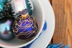 Décorations de Noël avec des boules et des plats blancs Photographie stock