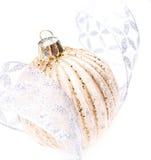 Décorations de Noël avec la boule d'or et le silve de Noël brillant Image stock