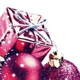 Décorations de Noël avec le boîte-cadeau rouge et boules d'isolement sur le macro blanc Images stock