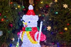 Décorations de Noël avec le bonhomme de neige, les bougies et les babioles de Noël photos libres de droits