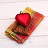Décorations de Noël avec le coeur, la cannelle et la serviette Images stock