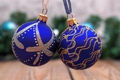 Décorations de Noël avec les billes bleues Image stock