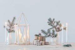 Décorations de Noël avec les bougies brûlantes photographie stock libre de droits