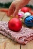 Décorations de Noël avec les boules et l'écharpe de laine Photos stock