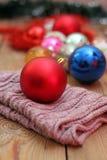 Décorations de Noël avec les boules et l'écharpe de laine Images stock