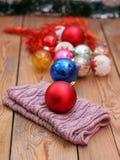 Décorations de Noël avec les boules et l'écharpe de laine Photo stock