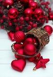 Décorations de Noël avec les boules, le panier et le ruban Photographie stock libre de droits