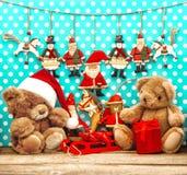 Décorations de Noël avec les jouets de vintage et l'ours de nounours Photo libre de droits