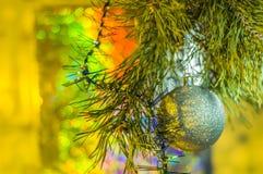 Décorations de Noël avec les jouets et l'arbre de nouvelle année photographie stock