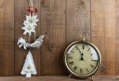 Décorations de Noël d'oiseau d'art populaire et horloge de vintage Photographie stock libre de droits