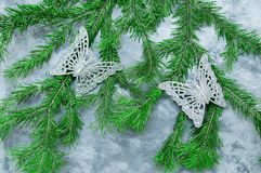 Décorations de Noël d'un papillon sur un arbre de Noël sur le fond concret image stock