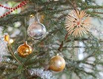 Décorations de Noël dans l'arbre de Noël photographie stock libre de droits