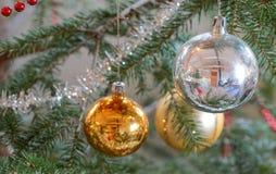 Décorations de Noël dans l'arbre de Noël photos libres de droits