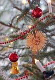 Décorations de Noël dans l'arbre de Noël photo libre de droits