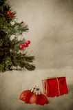 Décorations de Noël dans la neige avec l'arbre - vintage photographie stock libre de droits
