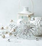 Décorations de Noël de vintage dans le blanc Photo libre de droits