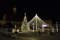 Décorations de Noël dedans dans la place d'Unirii, la Transylvanie, Roumanie Cluj-Napoca photos libres de droits