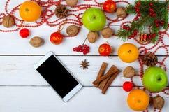 Décorations de Noël et téléphone intelligent sur une table en bois photographie stock