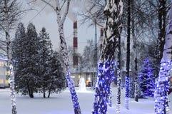 Décorations de Noël et tuyaux d'un raffinerie de pétrole images stock