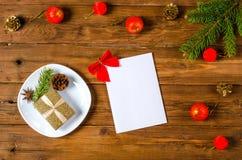Décorations de Noël et une page de papier blanche sur un CCB en bois Image libre de droits