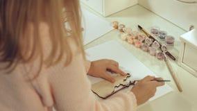Décorations de Noël Fille mignonne faite et peinte le jouet photographie stock