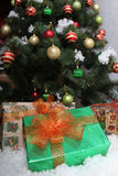 Décorations de Noël Grand arbre de Noël vert avec des boules de Noël Photo libre de droits
