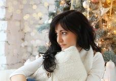 Décorations de Noël, jeune femme égalisant en décembre Images stock