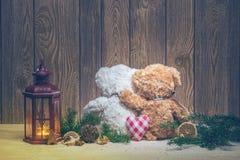 Décorations de Noël - lanternes et ours d'embrassement Image stock