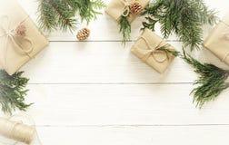 Décorations de Noël ou de nouvelle année sur le fond en bois blanc Image libre de droits