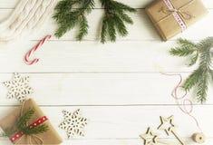 Décorations de Noël ou de nouvelle année sur le fond en bois blanc Images stock