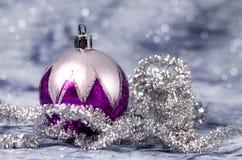 Décorations de Noël pourpres et argentées image libre de droits