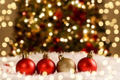 Décorations de Noël rouges et boules d'or photo libre de droits