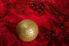 Décorations de Noël sur des accessoires d'un fond de rouge Boule Toy With Bright Lace d'or Photographie stock
