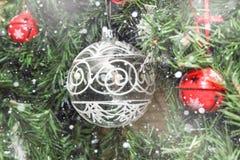 Décorations de Noël sur l'arbre sous la neige Image libre de droits