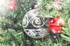 Décorations de Noël sur l'arbre sous la neige Photographie stock
