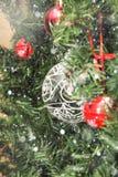 Décorations de Noël sur l'arbre sous la neige Image stock
