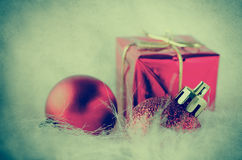 Décorations de Noël sur la fausse fourrure - croix traitée photographie stock