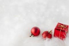 Décorations de Noël sur la fourrure avec Bokeh de scintillement photographie stock