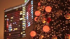 Décorations de Noël sur la rue Fenêtres rougeoyantes des gratte-ciel architecturaux Illumination de rue clips vidéos