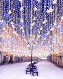 Décorations de Noël sur la rue de Nikolskaya Centre de Moscou Saisons de Moscou Décoration d'an neuf L'hiver photos libres de droits